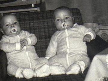 Sie sehen ein Bild von Zwillingen im Babyalter